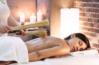 moteriai atliekamas masazas bambukais